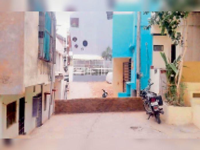 रास्ते के बीच दीवार खड़ी करने के बाद रहवासियाें ने की शिकायत। - Dainik Bhaskar
