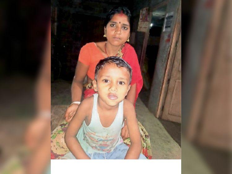 पुत्र के साथ रूपम। (फाइल फोटो) - Dainik Bhaskar
