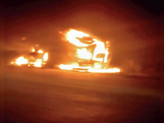 आग लगने के बाद जली कार। - Dainik Bhaskar