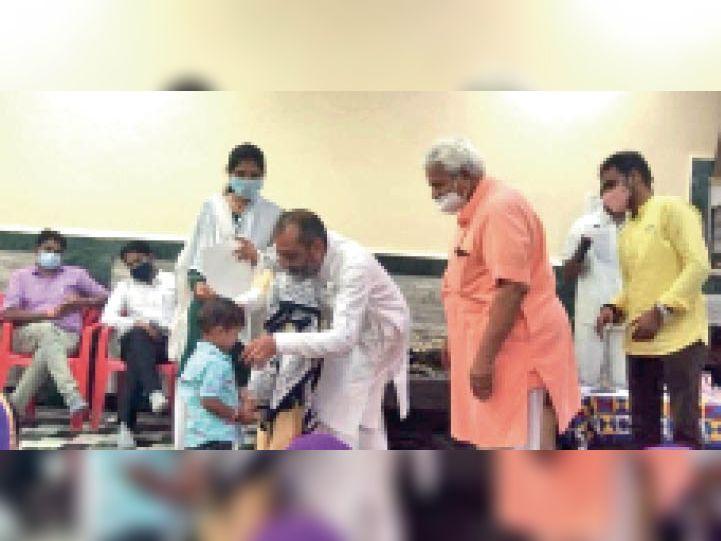 आचार्य रामानुजजी ने एएनएम सबीना परमार के बेटे को भी रूद्राक्ष माला पहनाई। - Dainik Bhaskar
