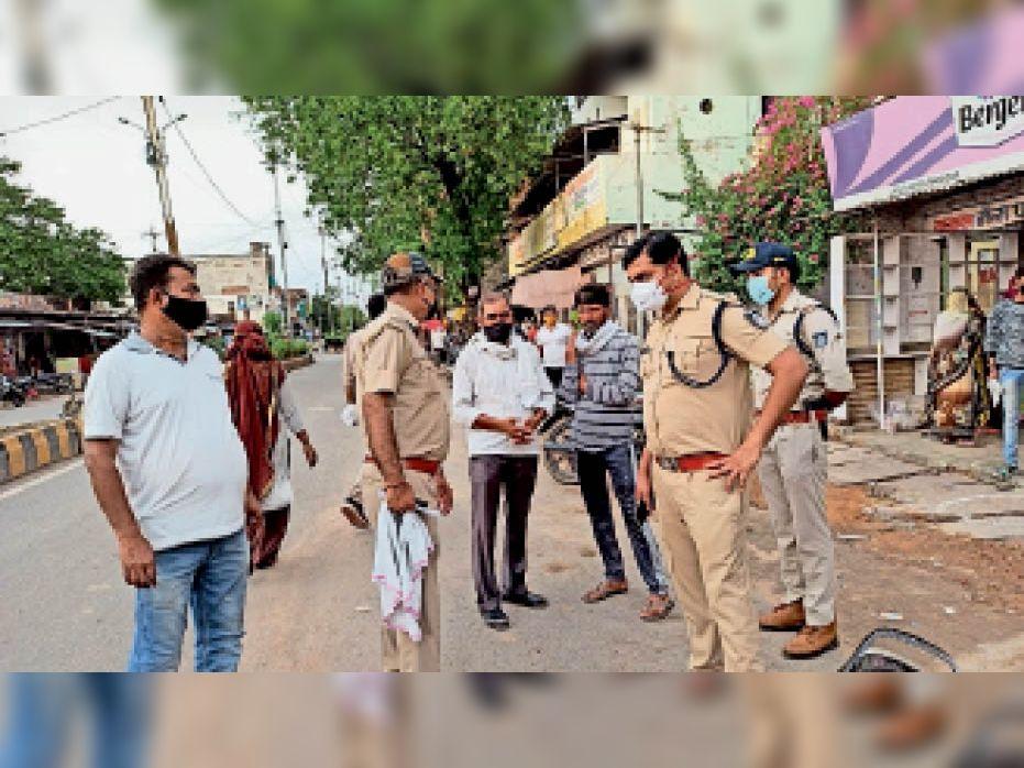 भितरवार में रुपयो से भरा बैग चोरी होने के बाद किसान से पूछताछ करते एसडीओपी। - Dainik Bhaskar