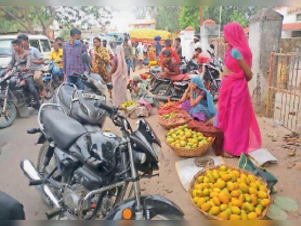 आलीराजपुर. सड़कों पर दुकानें लगने से जाम लगता है। - Dainik Bhaskar