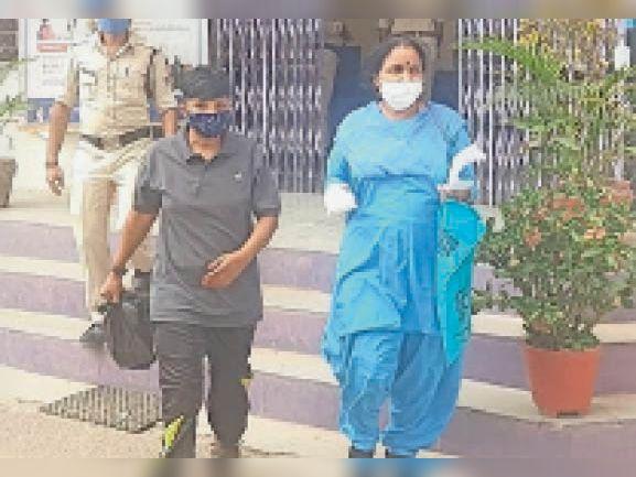 आलीराजपुर. हत्या की आरोपी महिला को थाने लाया गया। - Dainik Bhaskar