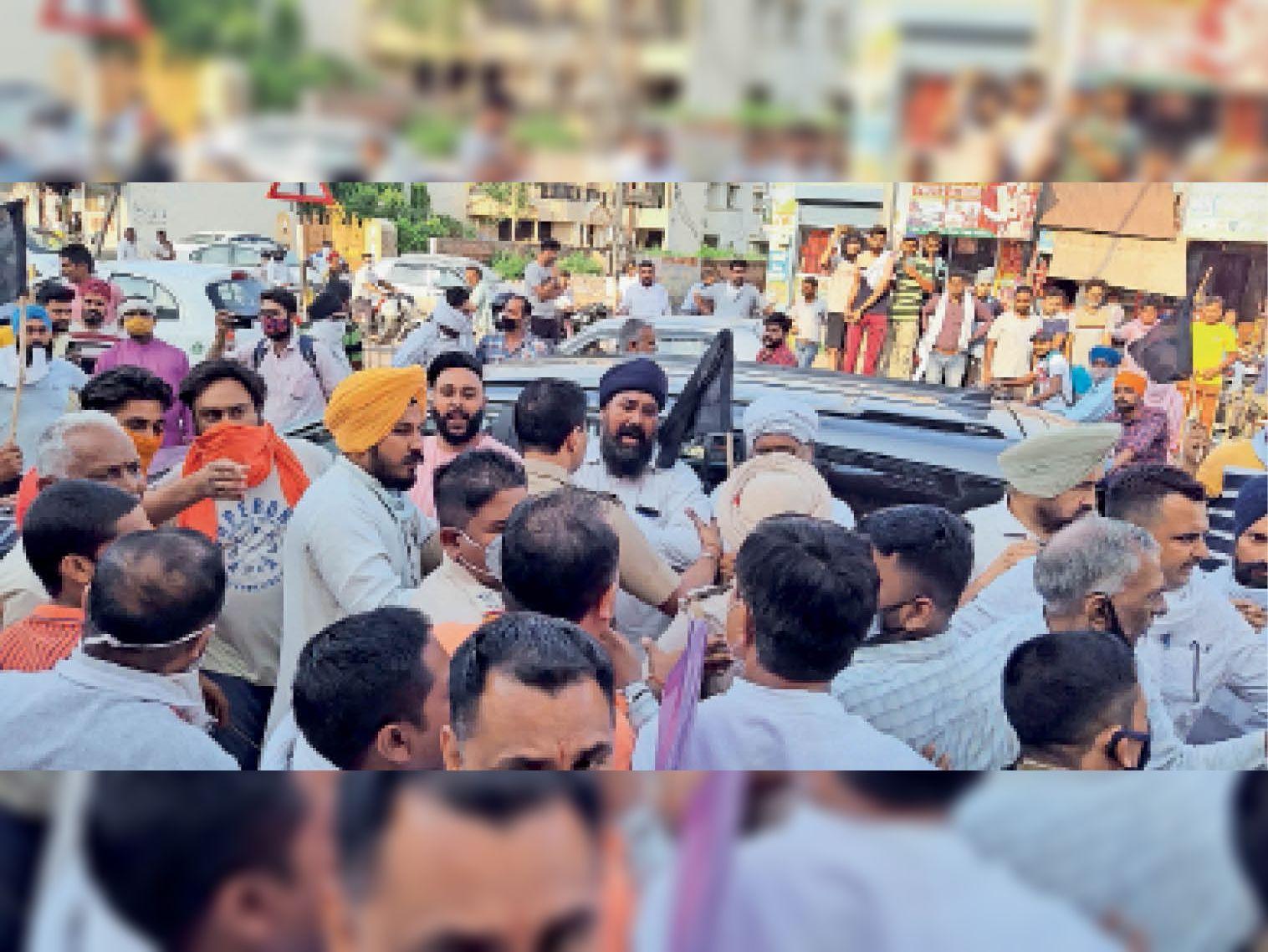 इस्माइलाबाद | भाजपा नेताओं का विरोध करते किसान। - Dainik Bhaskar