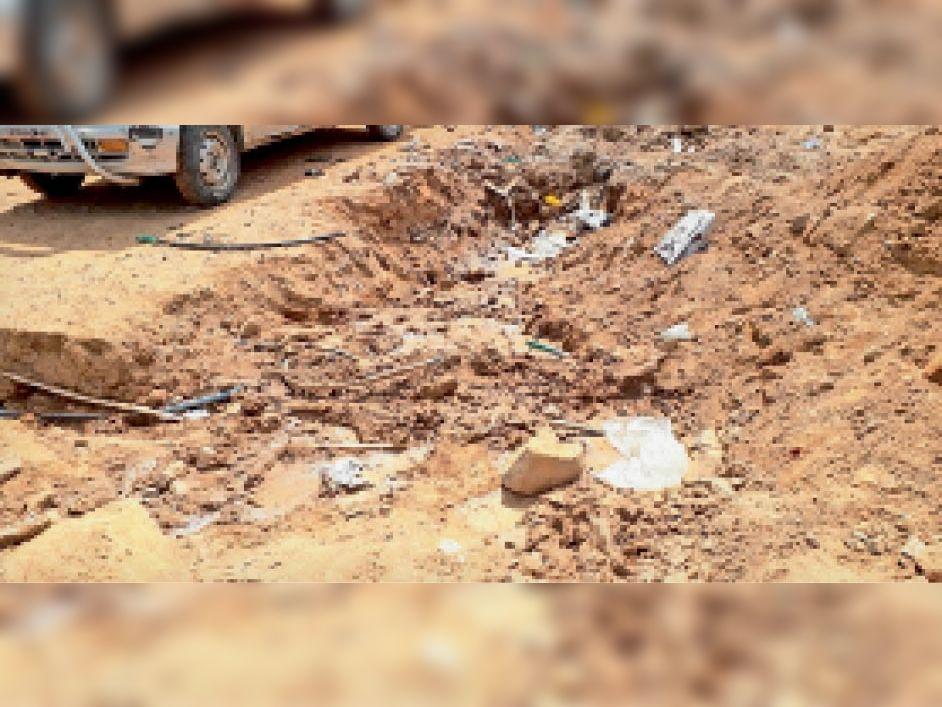 करैरा में पाइपलाइन खोदने के बाद क्षतिग्रस्त हुई नल की लाइन को नहीं किया दुरुस्त। - Dainik Bhaskar