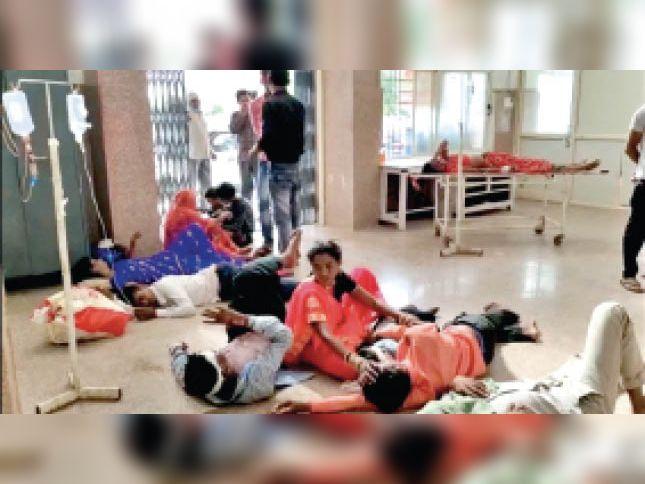 घायलों को जमीन पर ही लेटाकर किया इलाज - Dainik Bhaskar
