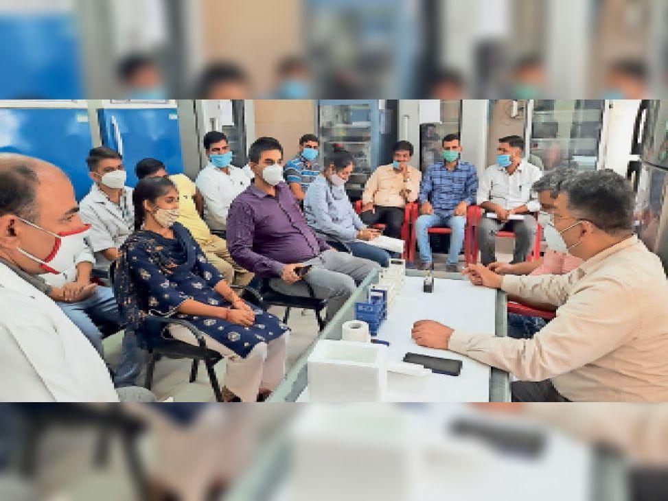 सिविल सर्जन की मौजूदगी में एलटी को कूंब्स टेस्ट की ट्रेनिंग करवाते एक्सपर्ट। - Dainik Bhaskar