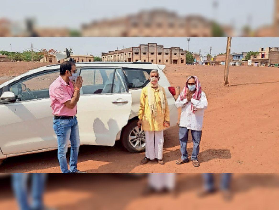 अपनी कार में बिठा कर लोगों को वैक्सीनेशन केंद्र तक ले जाते समाजसेवी। - Dainik Bhaskar