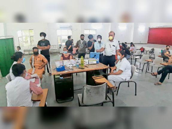 सिविल में 44+ के लिए नहीं पहुंची वैक्सीन की डोज, टीकाकरण अफसर बोले- डोज आई तो लगा देंगे|जालंधर,Jalandhar - Dainik Bhaskar