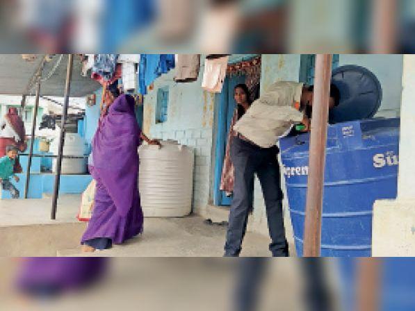 खिलेड़ी. टीम ने घराें के बाहर रखी पानी की टंकियाें में लार्वा सर्वे किया। - Dainik Bhaskar