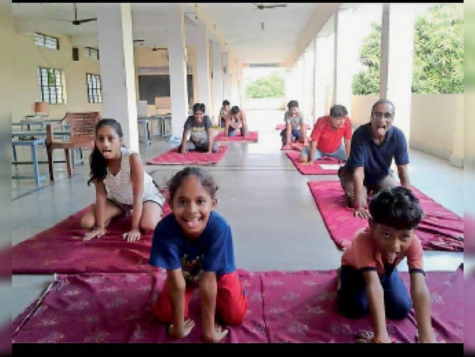 योग दिवस के लिए सरस्वती विद्या मंदिर में योग सीखते बच्चे। - Dainik Bhaskar