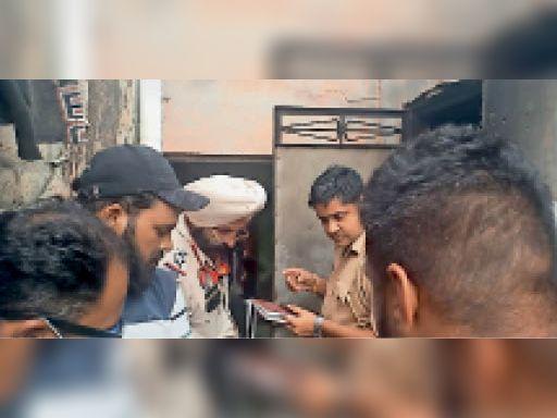 बुरी तरह झुलसा शव देखते हुए पुलिस मुलाजिम व अन्य। - Dainik Bhaskar