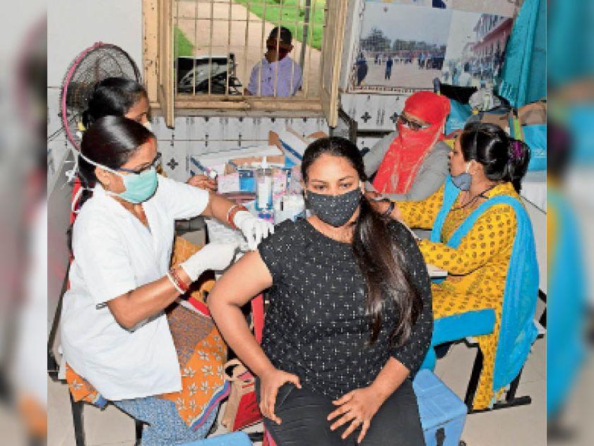 जिला स्कूल में शुक्रवार काे काेराेना का वैक्सीन लेती युवती। - Dainik Bhaskar