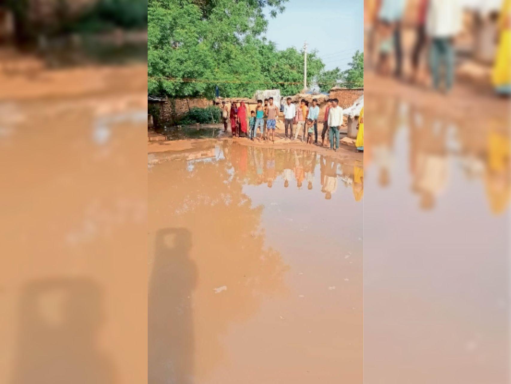 गांव में बस्ती में हुआ जलभराव लोगों का घर से निकलना हुआ मुश्किल। - Dainik Bhaskar