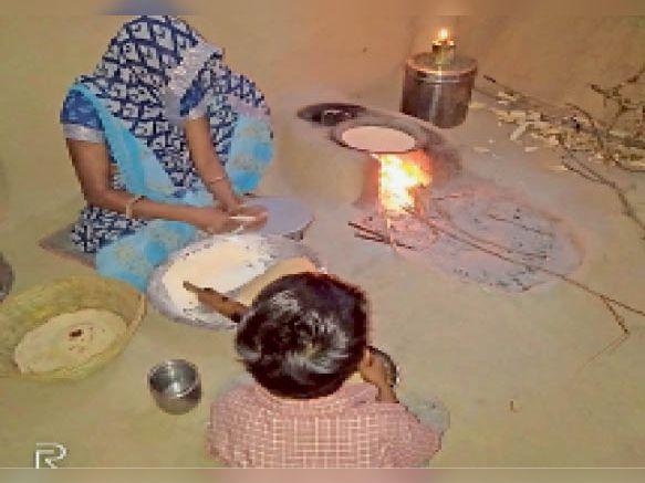 राजगढ़. बिजली नहीं हाेने से दीपक जलाकर बनाना पड़ता है खाना। - Dainik Bhaskar