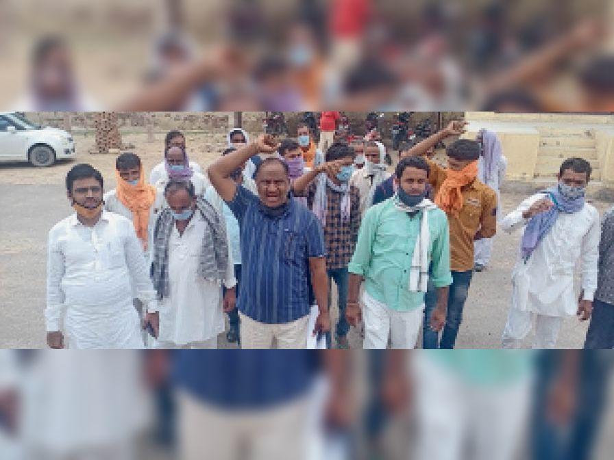 पीएचडी के खिलाफ प्रदर्शन करते छाजूसर के ग्रामीण व अन्य। - Dainik Bhaskar