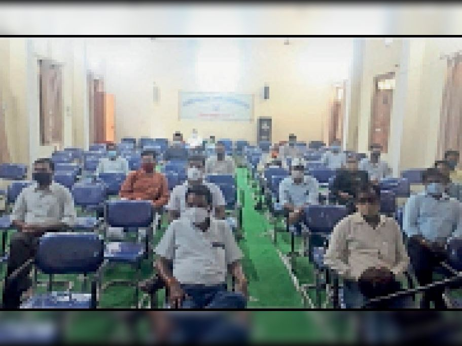 युवा शक्ति कोरोना मुक्ति कार्यक्रम के तहत पीजी कॉलेज में ट्रेनिंग लेते प्रोफेसर। - Dainik Bhaskar