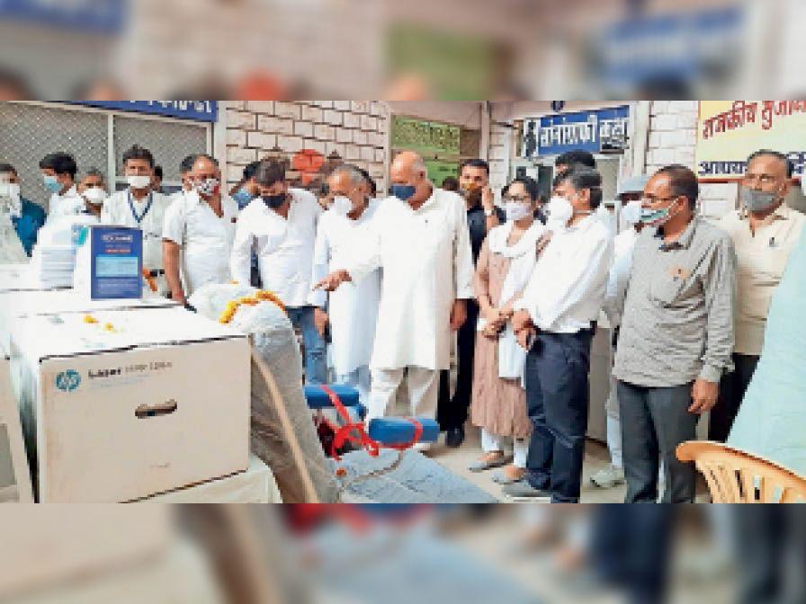 उपकरण व सामान का लोकार्पण करते विधायक। - Dainik Bhaskar