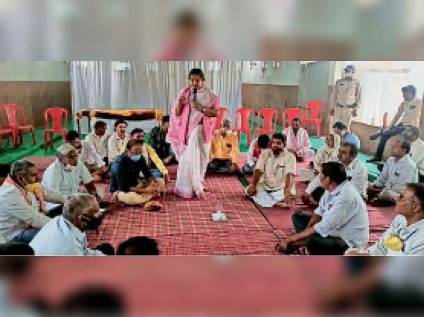 बागली. नयापुरा में कार्यक्रम काे संबाेधित करते हुए पूर्व मंत्री चिटनीस। - Dainik Bhaskar