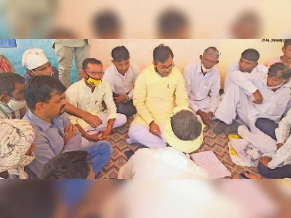 रामगढ़ में पीड़ितों के साथ धरने पर बैठे न्यांगली। - Dainik Bhaskar