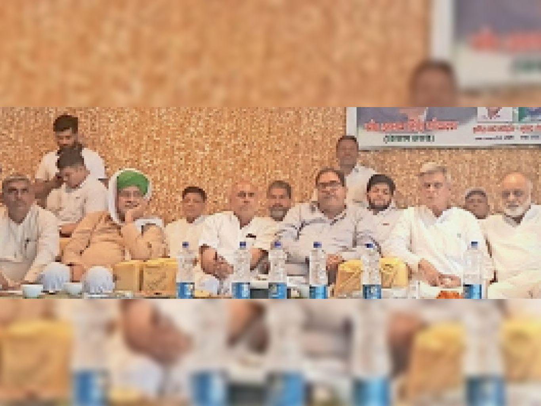 कैथल   कार्यक्रम के दौरान मंचासीन वरिष्ठ इनेलो नेता अभय सिंह चौटाला व पदाधिकारी। - Dainik Bhaskar