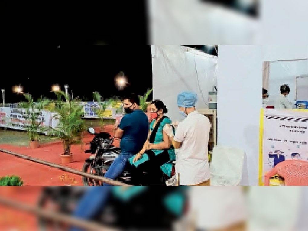 इस प्रकार दशहरा मैदान में चल रहे ड्राइव इन वैक्सीनेशन में रात 9 बजे तक वैक्सीनेशन किया गया। - Dainik Bhaskar