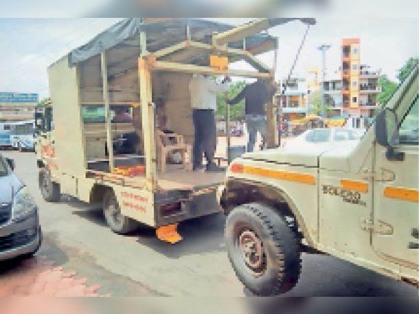 माेती महल चाैराहा के समीप खड़े लाेडिंग वाहन काे क्रेन से जब्त किया। - Dainik Bhaskar