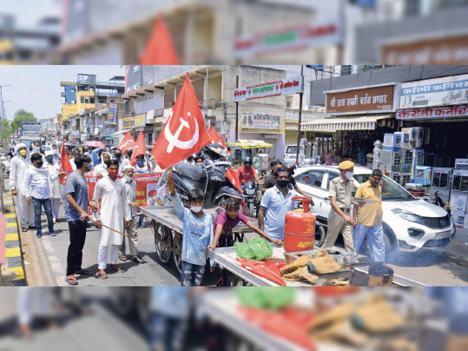 महंगाई और कृषि कानूनों के विरोध में माकपा ने रैली निकाली। - Dainik Bhaskar