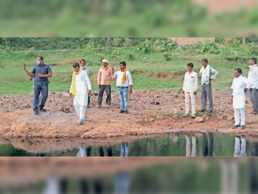मानपुर. अजनार नदी का निरीक्षण करने पहुंचे धरमपुरी (धार) विधायक पांचीलाल मेड़ा व साथ में ग्रामीणजन। - Dainik Bhaskar