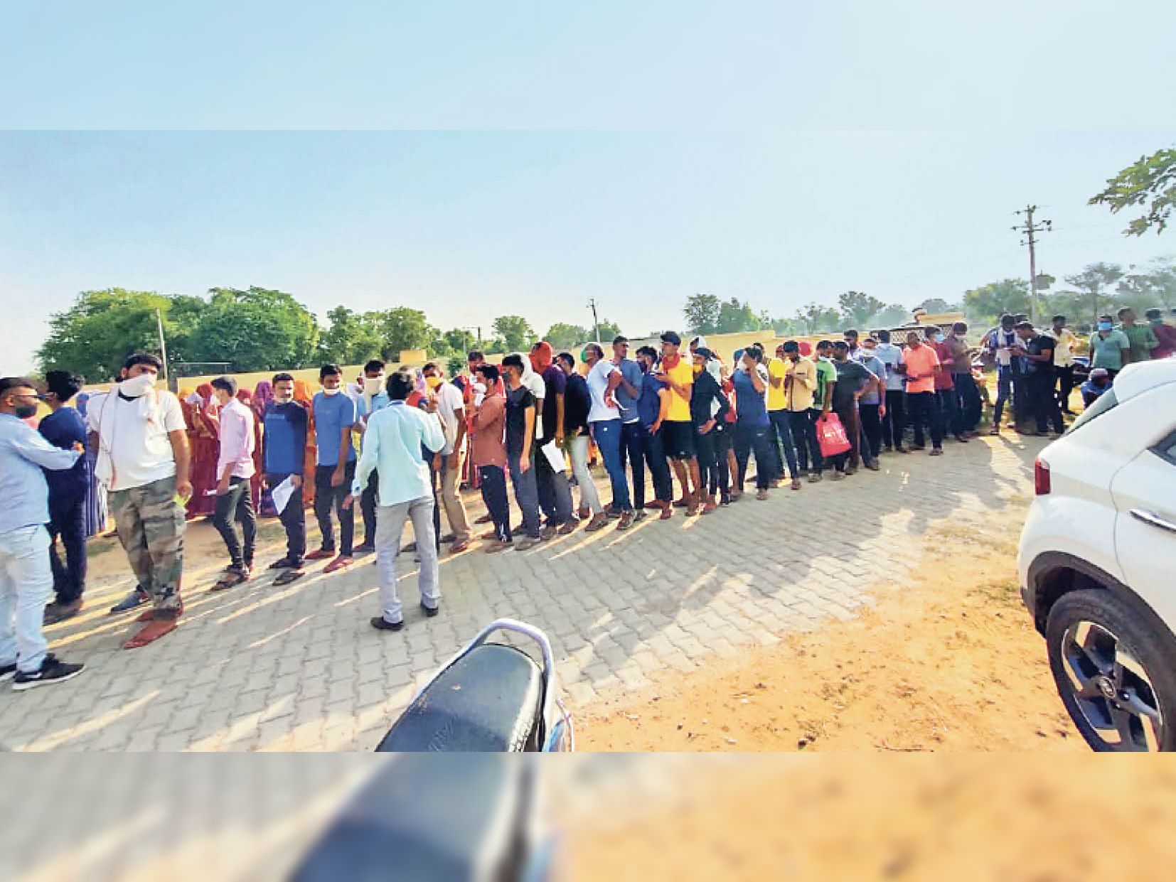सिहोडी पंचायत के ढाबावाली राजकीय प्राथमिक उप स्वास्थ्य केंद्र पर वैक्सीन लगवाने के लिए युवाओं की कतार। - Dainik Bhaskar