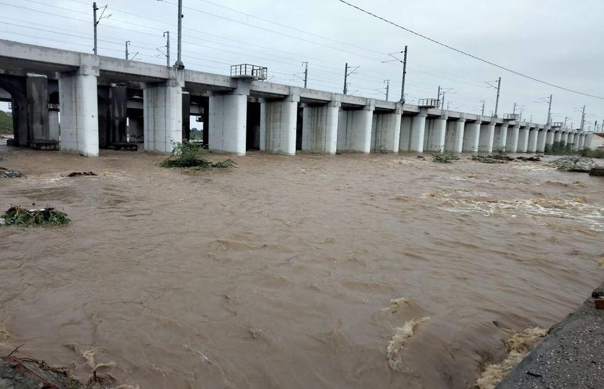 अरावली क्षेत्र में तेज बरसात से रानी के निकट सुकड़ी नदी में आया पानी। - Dainik Bhaskar