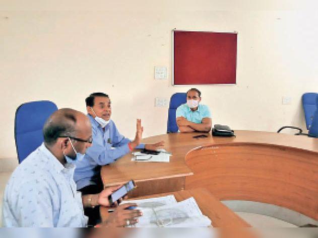 भिंड कलेक्टर सभागार में बैठक लेते सहायक कलेक्टर केवी विवेक। - Dainik Bhaskar