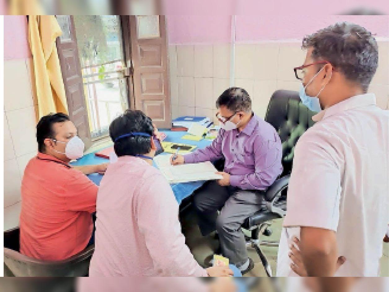 सीएचसी मोड़क में निरीक्षण करते हुए सीएमएचओ डॉ. भूपेंद्र सिंह तंवर। - Dainik Bhaskar