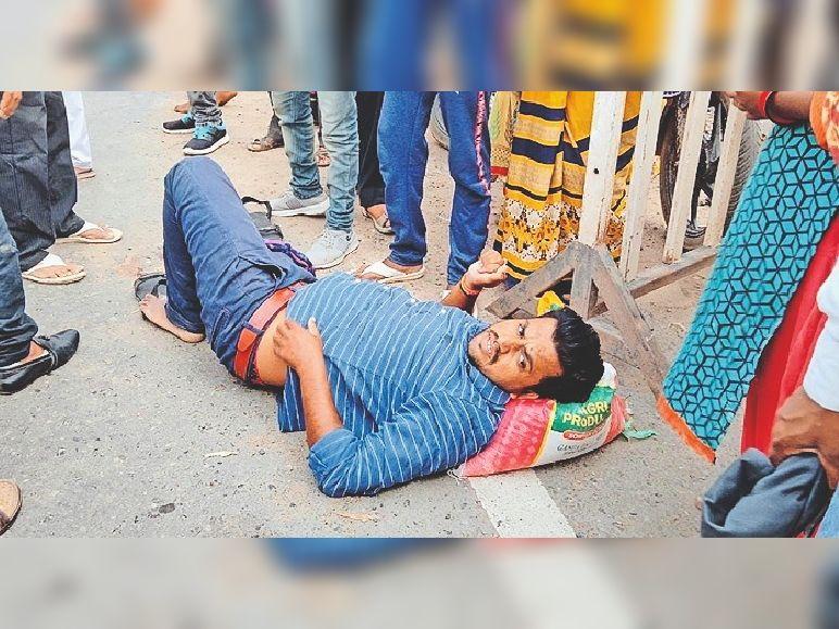 मेहगांव में मुरैना रोड पर बिजली के पोल लगा रहा एक हाईड्रा का कुंदा स्टेट हाईवे से गुजर रहे ट्रक से उलझ गया, जिससे हाईड्रा सड़क किनारे पलट गया। - Dainik Bhaskar