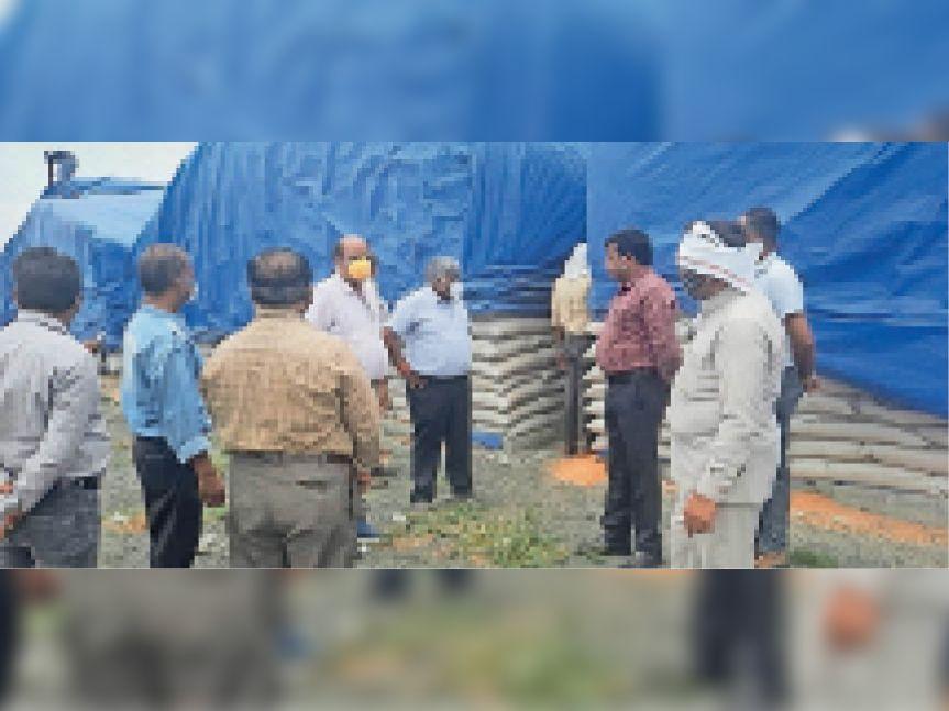 पिपलिया मोलू में जांच करते आयोग के सदस्य व अन्य। - Dainik Bhaskar