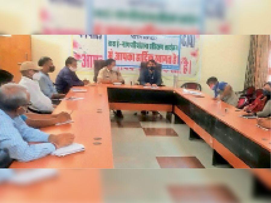 पौधरोपण को लेकर अधिकारियों की बैठक लेते एसडीएम। - Dainik Bhaskar