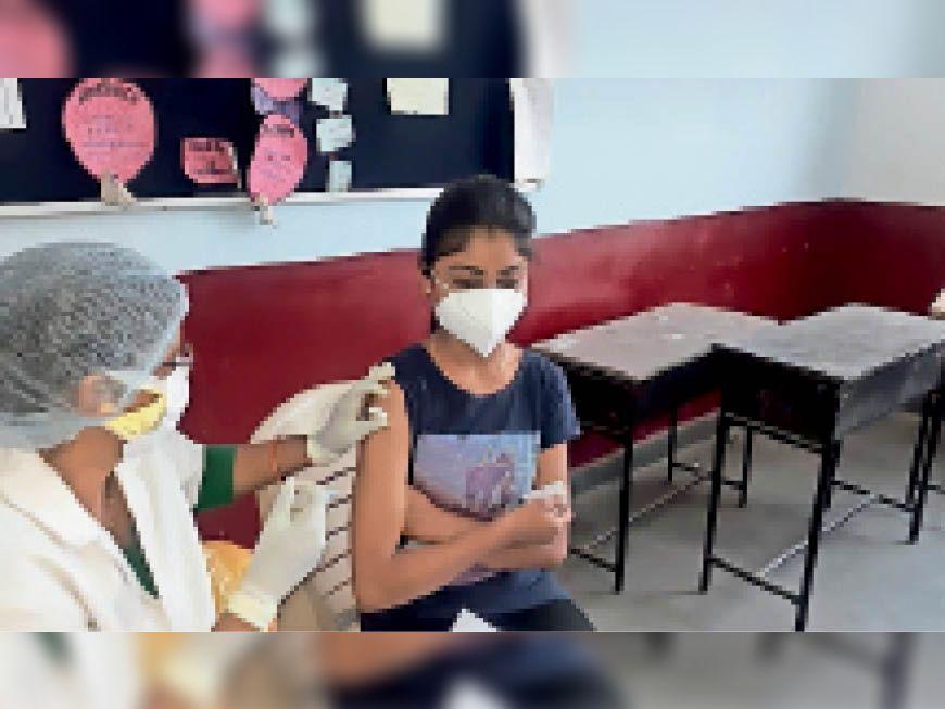 बैतूल। केंद्र पर वैक्सीन लगवाती हुई युवती। - Dainik Bhaskar