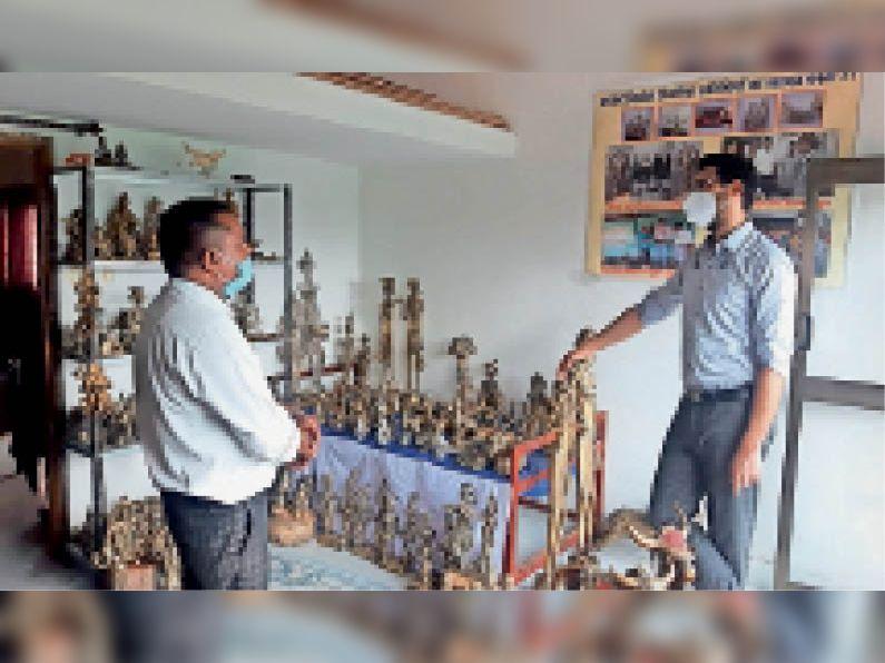 बैतूल। धातु की कलाकृतियां देखते हुए कलेक्टर। - Dainik Bhaskar