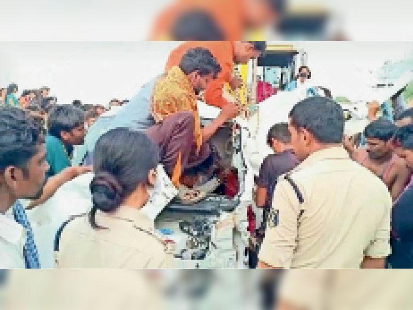पुलिस ने गाड़ी के पार्ट्स काटकर महिला को निकाला। - Dainik Bhaskar