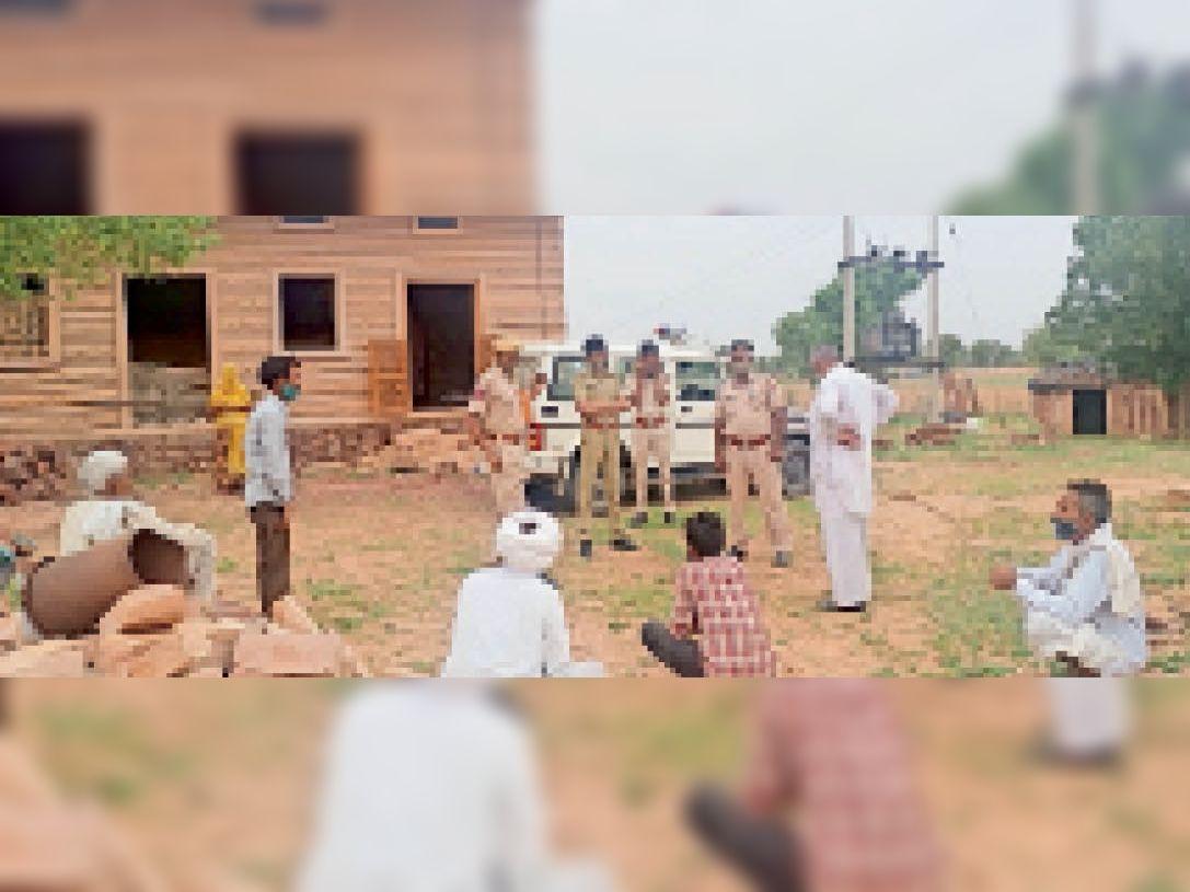 पुलिस घटनास्थल का जायजा लेते हुए। - Dainik Bhaskar