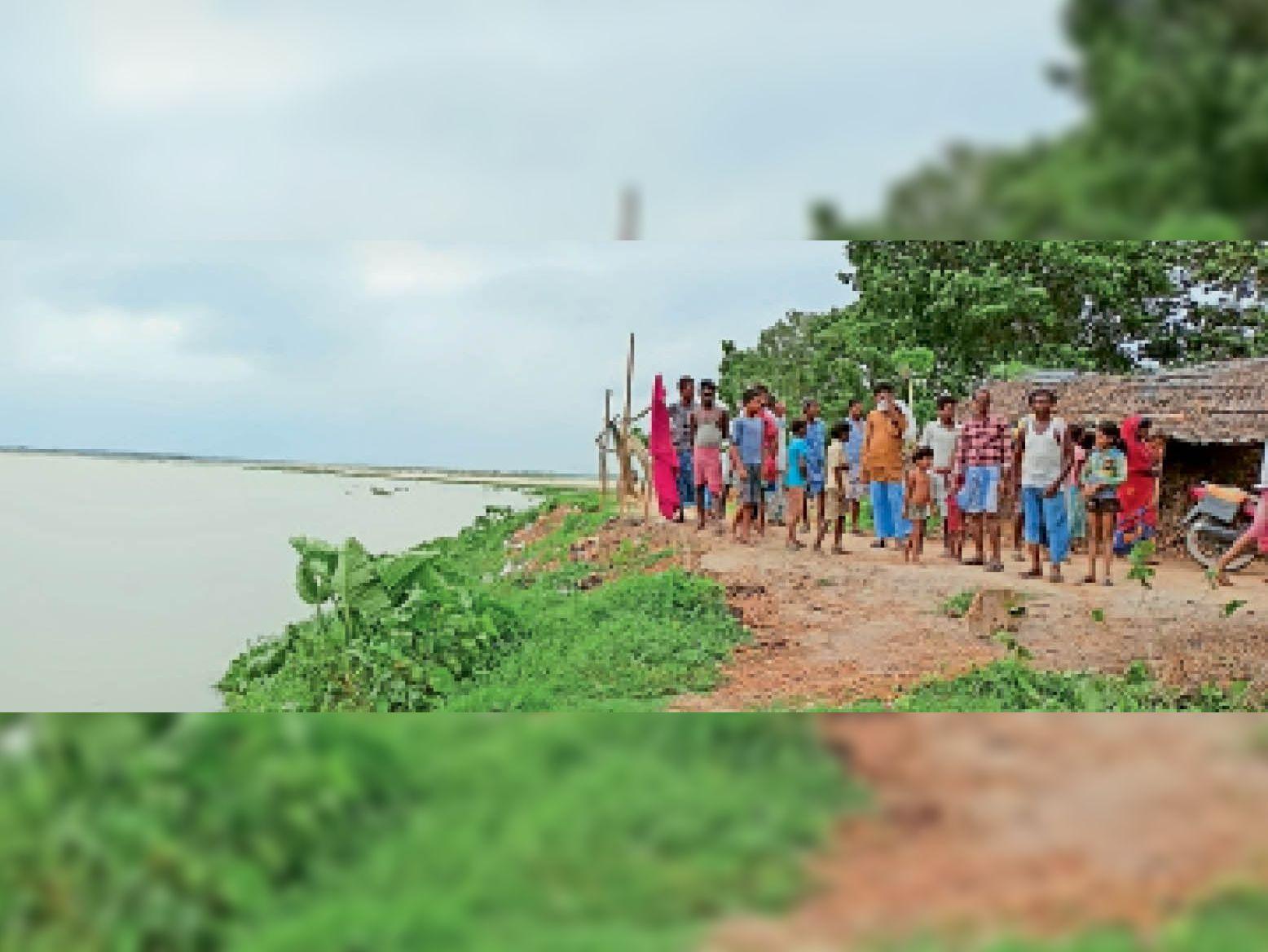 बैसा के कंफलिया पंचायत का असजा शर्मा टोली, जहां कटाव शुरू हो चुका है। 350 घर खतरे की जद में आ गए हैं। - Dainik Bhaskar