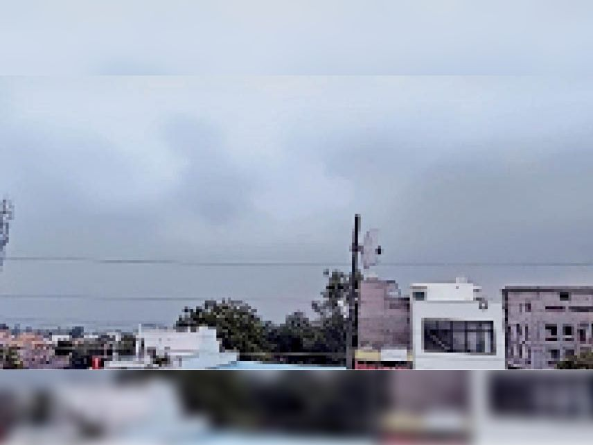 शुक्रवार शाम को शहर के ऊपर छाए काले बादलों का नजारा। - Dainik Bhaskar