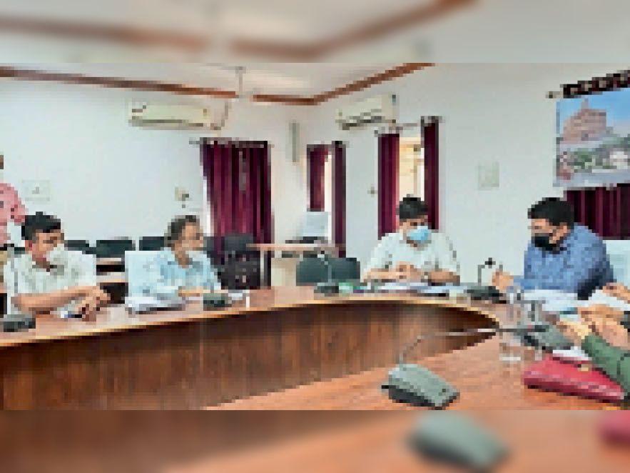 संभागीय आयुक्त अधिकारियाें के साथ समीक्षा बैठक लेते हुए। - Dainik Bhaskar
