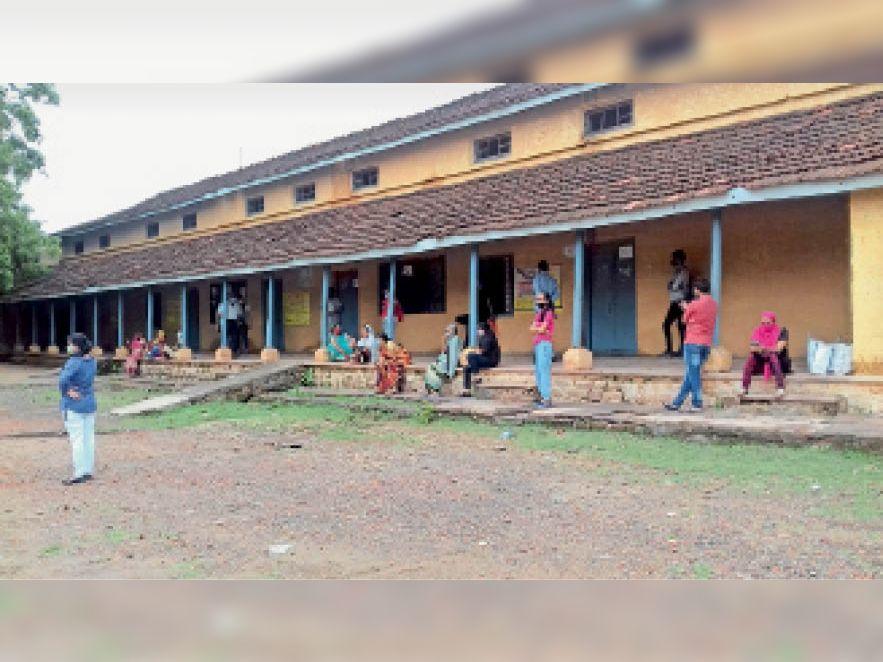 होशंगाबाद| गुरुवार और शुक्रवार को कोरोना वैक्सीनेशन नहीं हुआ फिर भी कुछ लोग एसएनजी और गर्ल्स स्कूल के केंद्र पर पहुंच गए। - Dainik Bhaskar