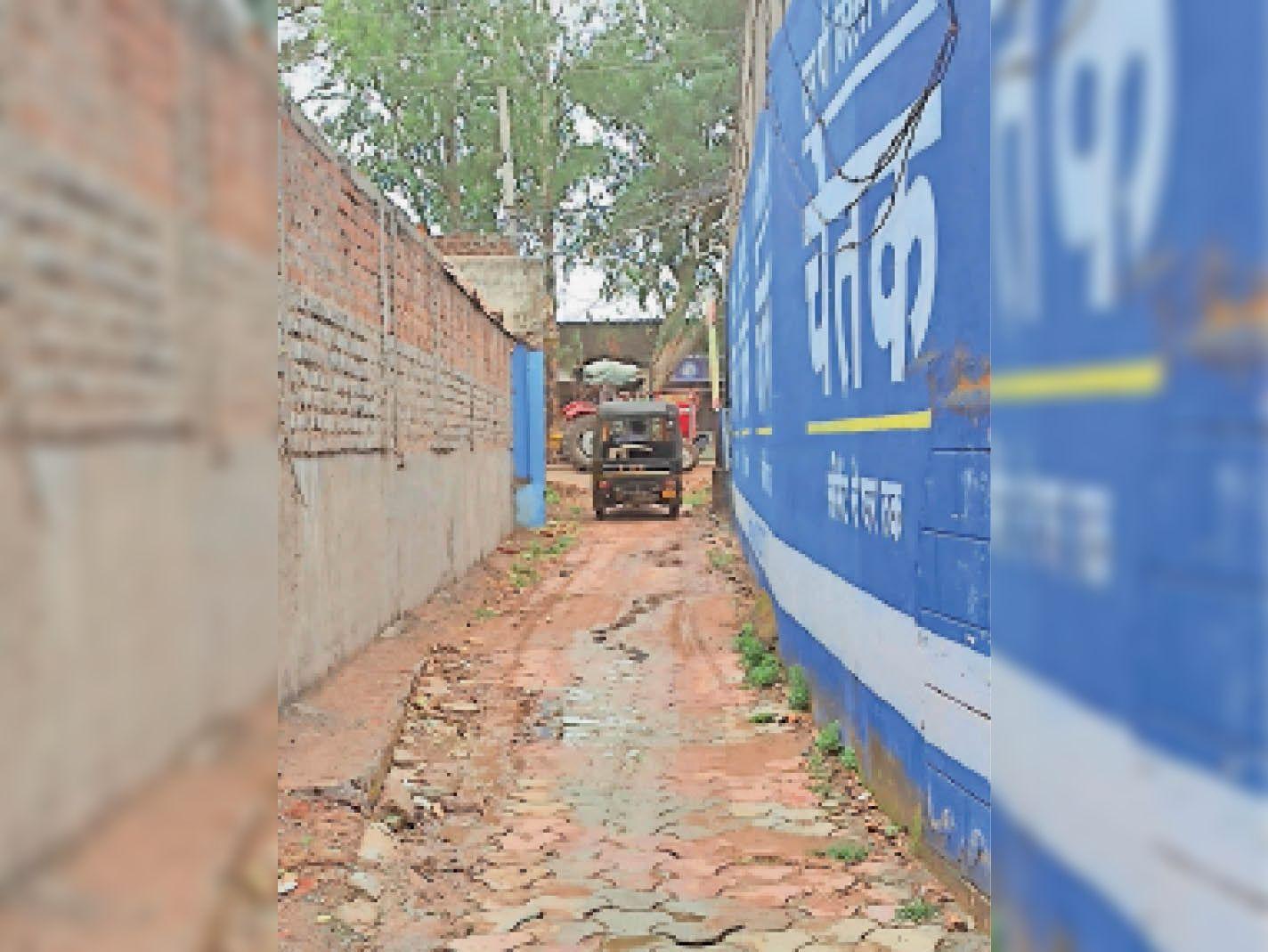 होशंगाबाद प्रतिष्ठान के सामने खड़े ट्रैक्टर ट्रॉली की वजह से आवागमन में दिक्कत। - Dainik Bhaskar