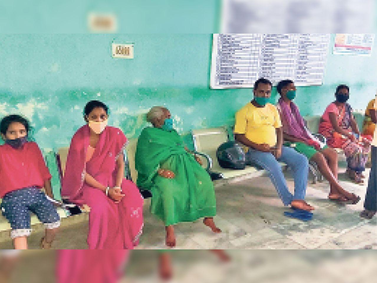 सदर अस्पताल के ओपीडी वार्ड में हड़ताल के दौरान चिकित्सक का इंतजार करते मरीज। - Dainik Bhaskar
