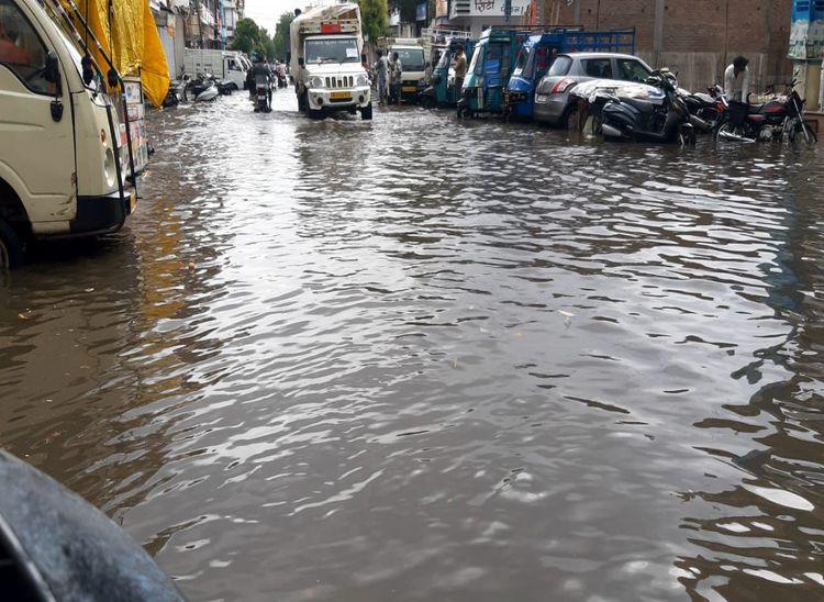 सुमेरपुर में बरसात के बाद बाजार में सड़क पर भरा पानी।