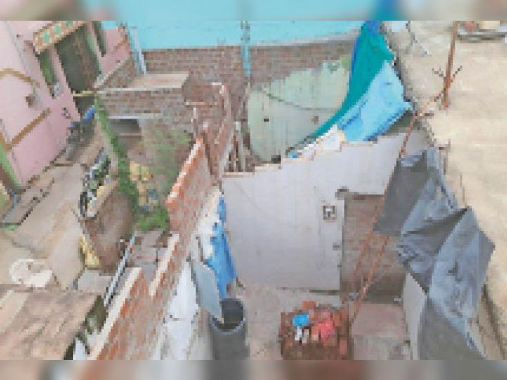 वार्ड 20 निवासी लक्ष्मीबाई पति स्व.बालाराम का परिवार चाय-नाश्ते की दुकान चलाकर गुजरा कर रहा है। पीएम आवास की पहली किस्त के एक लाख रुपए जून 2020 में मिले थे। - Dainik Bhaskar