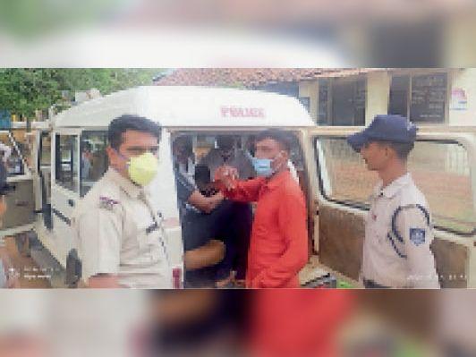 आरोपी खेत मालिक कैलाश सिंघई व लाल शर्ट में उसका भाई संजय सिंघई। - Dainik Bhaskar