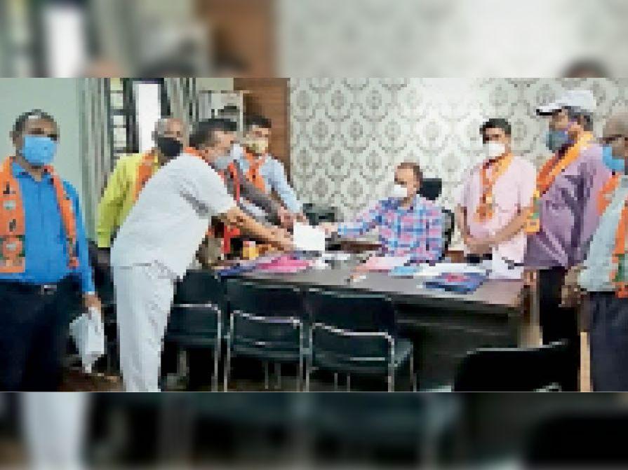 पटवारियों की हड़ताल समाप्त कराने एसडीएम को ज्ञापन सौंपते। - Dainik Bhaskar